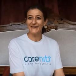 Delphine témoigne en vidéo sur le psoriasis et Carenity