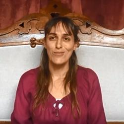 Nadia témoigne en vidéo sur la fibromyalgie et Carenity.